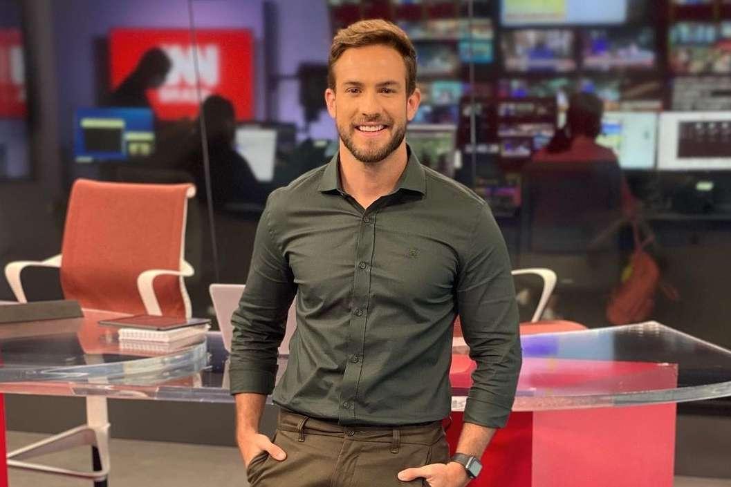 Jornalista Daniel Adjuto se declara para o namorado