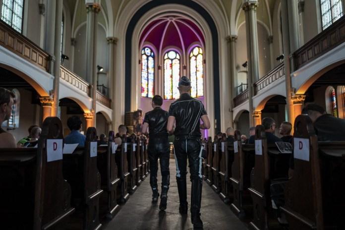 Igreja faz missa para gays da comunidade leather