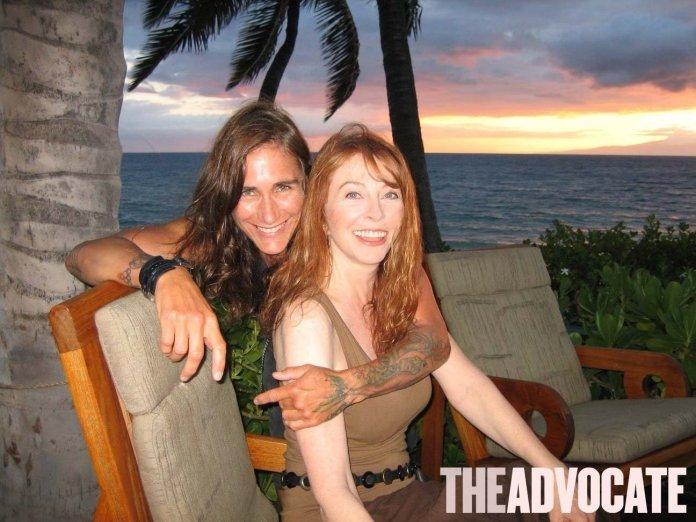 """Cassandra Peterson, intérprete de """"Elvira"""", divulga fotos com namorada: """"Estou muito aliviada"""""""