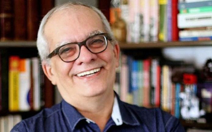 Artur Xexéo ganha placa em sua homenagem no bairro Peixoto, em Copacabana