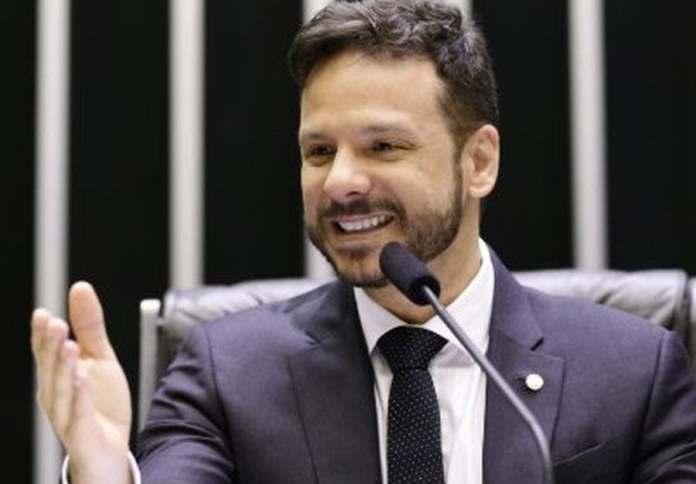 Deputado Professor Israel Batista revela que é gay