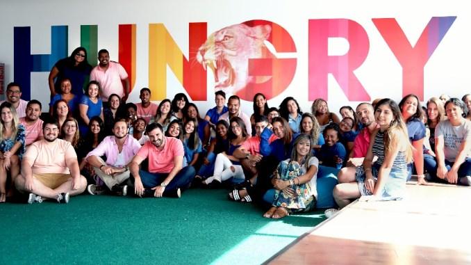 A empresa convidou os seus colaboradores a irem trabalhar: homens de rosa e mulheres de azul. Foto: Hurb
