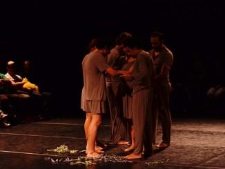 A obra parte da hipótese real de que homossexuais já nascem com sua sentença de morte anunciada, simplesmente por serem quem são. teatro lgbtqi ccj