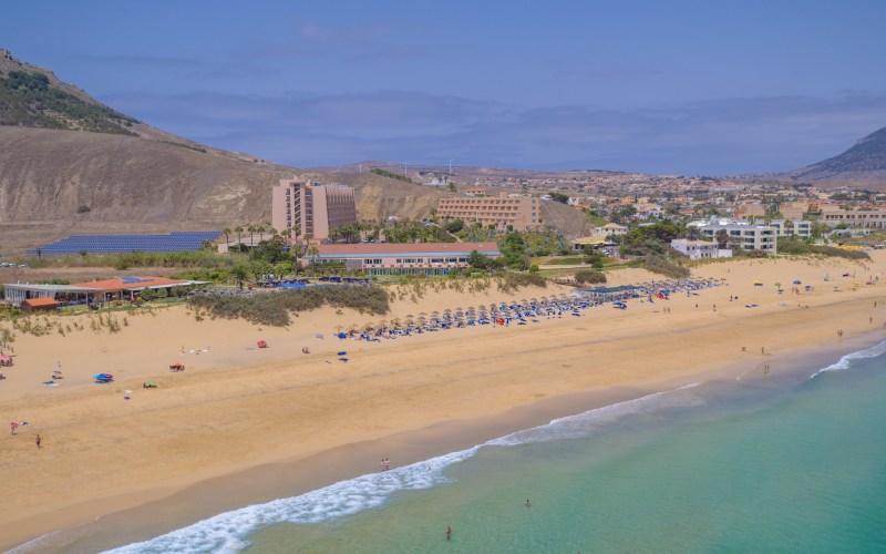 Cinco hotéis de frente para o mar em Porto Santo Conforto e comodidade na melhor praia do Arquipélago da Madeira
