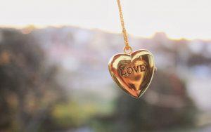 goldkette-mit-liebe-herz-und-text-love-hd-lieben-hintergrundbilder
