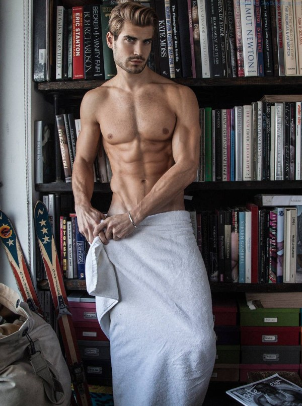 Guapo pedazo Lucas Bloms de pie en una toalla