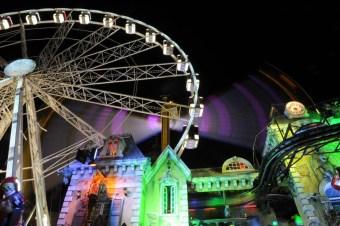 Kentin merkezi tarihi Dam Meydanı'nda kurulu lunapark renkli heyecanlar vaat ediyor. son zamanlarda Avrupa kentlerinde tarihi meydanlara lunaparklar kurulması akımına Amsterdam da katılmış.