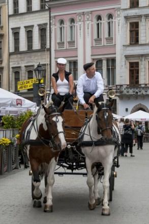 Eski Kent Meydanından faytonlara binip dolaşabilirsiniz.