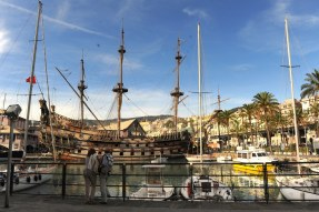 Porto Antico'ya demirlemiş Galeone Neptune, yani Neptün Kalyonu o yıllardaki dev ahşap gemileri gözümüzde canlandırmaya yardımcı oluyor.