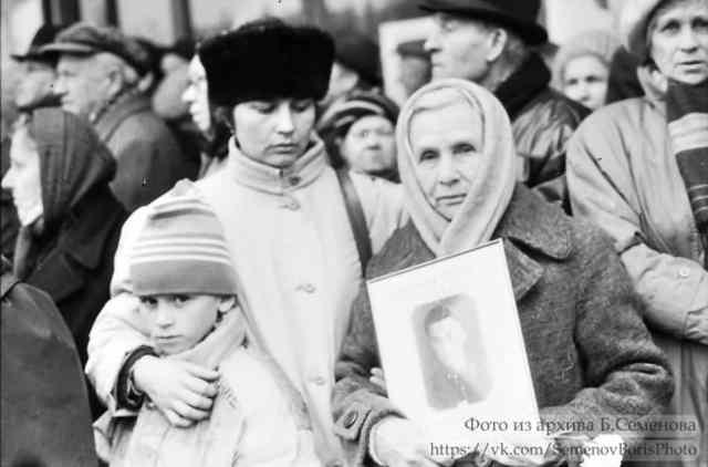 Церемония захоронения останков жертв политических репрессий в Петрозаводске. 1991 год. Фото Бориса Семенова