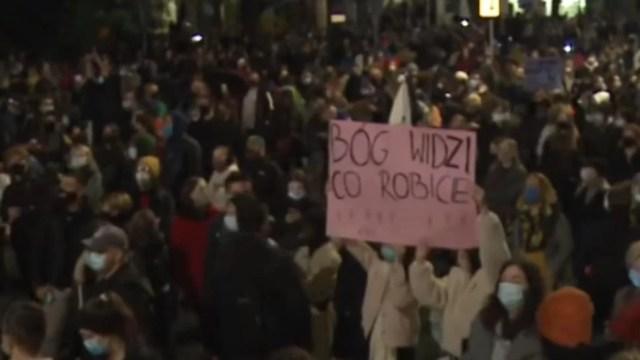 video-proteste-masive-in-polonia-dupa-inasprirea-legii-avortului.-centrul-mai-multor-orase,-blocat