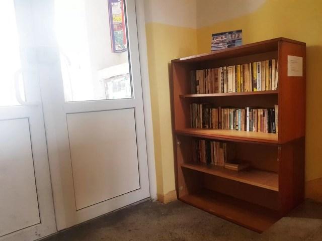Biblioteca în scara blocului