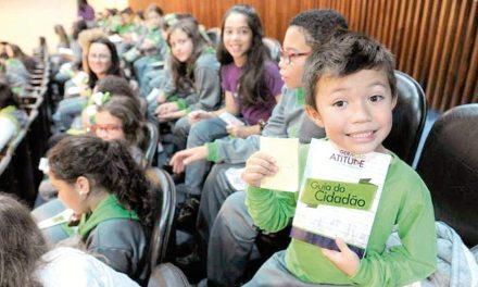 """Alunos dos colégios Positivo e Amplação visitam a Assembleia e conhecem finalistas do """"The Voice Kids"""""""