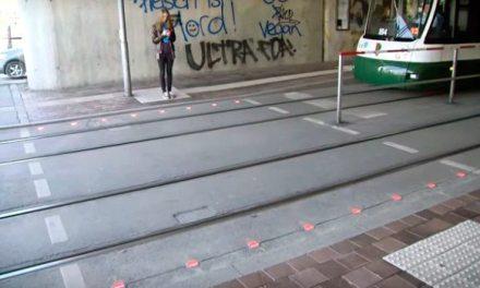 Já existe semáforo no chão  para quem vive olhando o celular