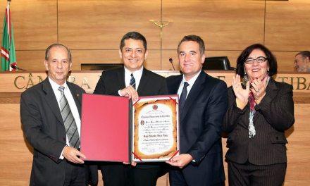 Professor Hugo Meza Pinto recebe cidadania honorária de Curitiba