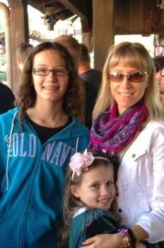 Mama Eliza z córkami Wiktorią i Natalią