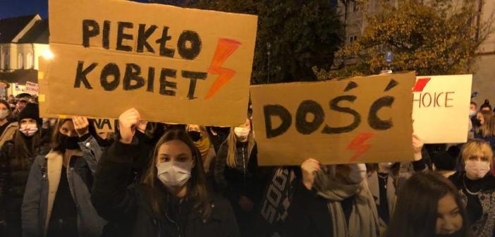 Tłumy protestowały na ulicach miast w całej Polsce