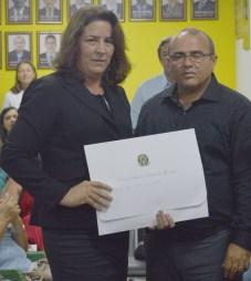 Maria José recebendo de Acácio (chefe do cartório eleitoral)