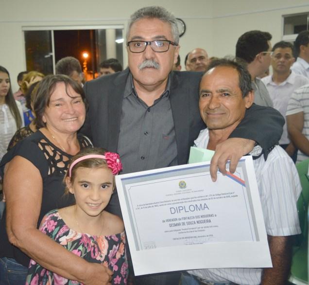 Gesmar ladeado por Raimunda Carneira (à esquerda, com sua neta) e o esposo Gonzaga