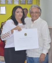 Joilma recebendo de prefeito Nogueira