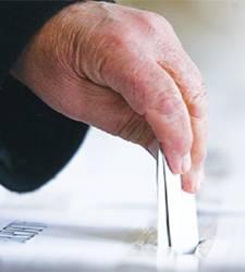 Guvernul îşi asumă răspunderea pentru comasarea alegerilor