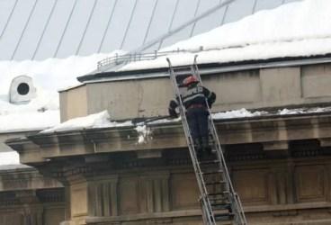 Pompierii au dat zăpada de pe Palatul Culturii