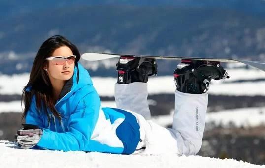 Ochelarii de soare purtaţi iarna nu sunt fiţă. Sfaturi pentru a vă proteja ochii