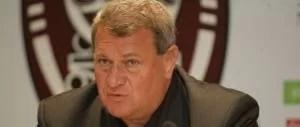 Iuliu Mureşan face complimente adversarilor înainte de meciul acestora contra CFR-ului