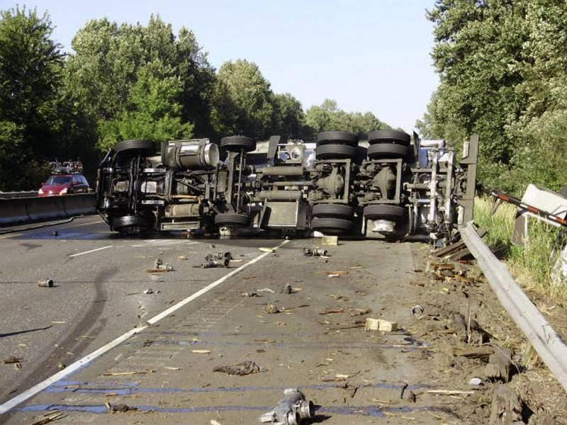 Trafic îngreunat pe DN1A, la Cheia. Un camion s-a răsturnat