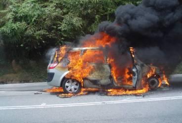 Maşină în flăcări la Floreşti