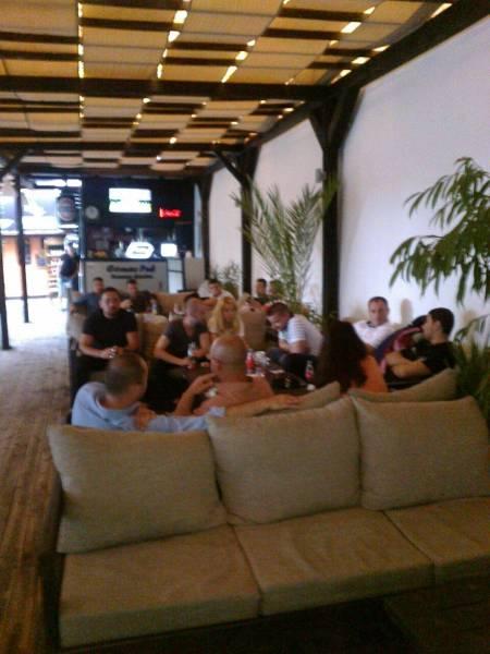 Cum au sărbătorit tinerii din PSD Prahova anunţul candidaturii lui Victor Ponta: tolăniţi la o terasă