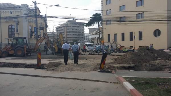 Şantierul liniilor de tramvai, un pericol! Ploieştenii circulă printre excavatoare şi buldozere