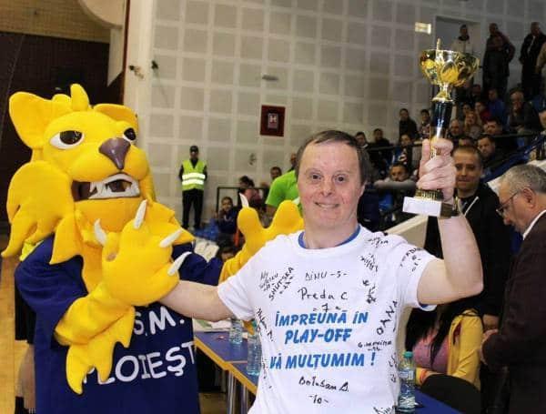 Fidelitatea se răsplătește: cel mai înfocat fan al echipei CSM Ploiești a primit o cupă!