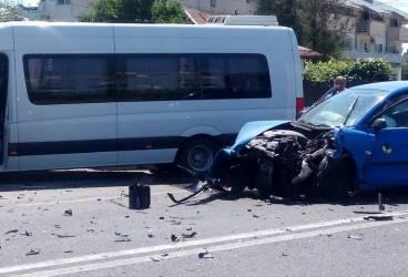 GALERIE FOTO. Accident la Valea Călugărească între un autoturism şi un microbuz