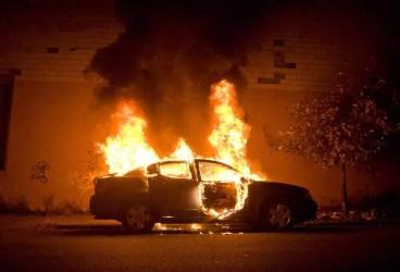 Maşină incendiată într-o parcare de pe strada Aleea Varbilau din Ploieşti