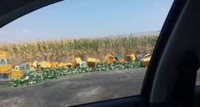 Zeci de lăzi de bere căzute pe DN1. Imagini de la operaţiunea de ridicare a tirului răsturnat