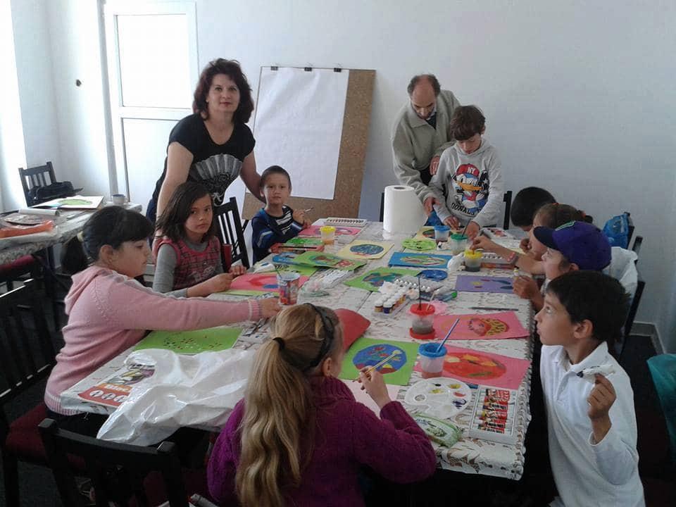 Cursuri gratuite de dans, canto şi pictură pentru copiii din comuna Scorţeni