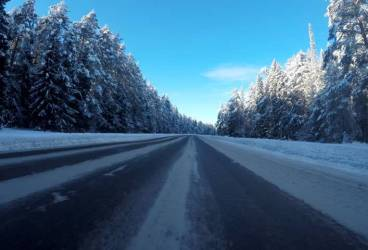 Recomandările poliţiştilor pentru şoferi. Nu plecaţi la drum fără anvelope de iarnă!