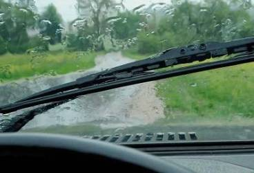Cum să reacţionaţi când furtuna vă prinde la volan. Sfaturi pentru şoferi