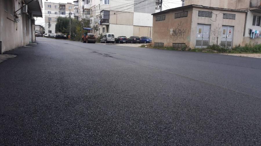 Băicoi. Se asfaltează străzile din zona blocuri Lilieşti