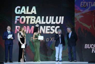 """Jurnalistul ploieștean Adi Dobre a primit premiul pentru """"Cea mai bună carte sportivă"""", la Gala Fotbalului Românesc 2017"""