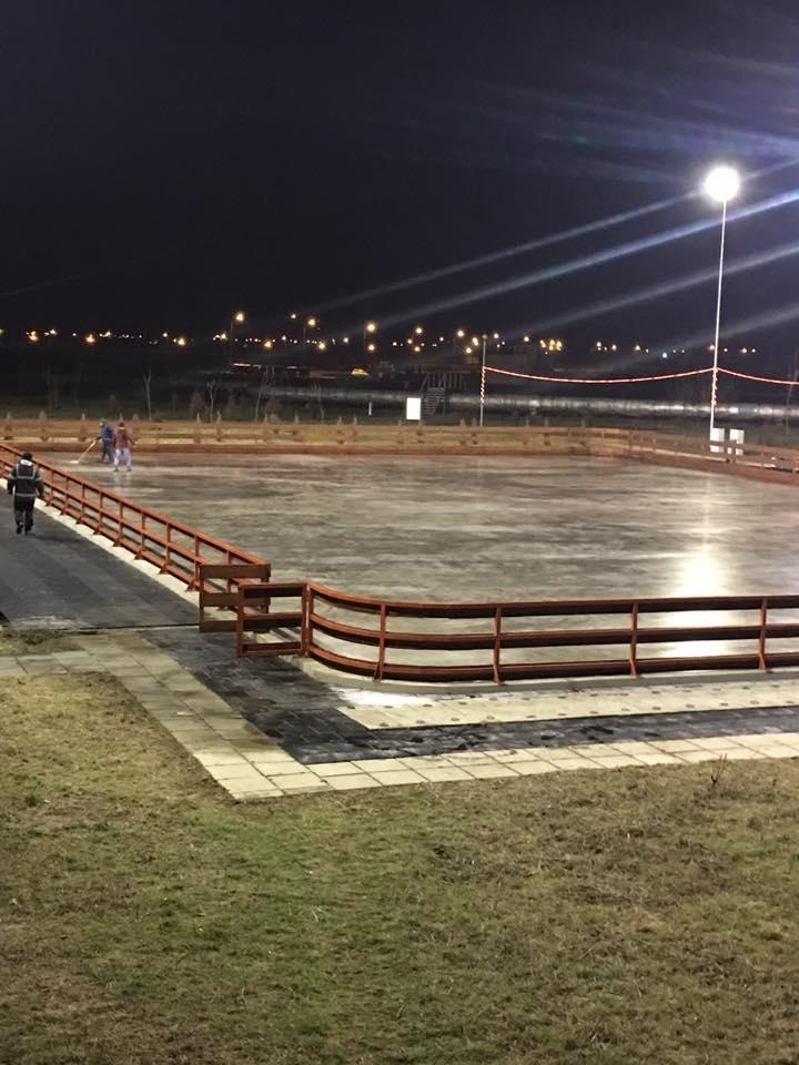 """Patinoar marca """"Parcul Municipal Vest"""": vrei să te dai pe gheaţă, vii cu patinele de acasă"""