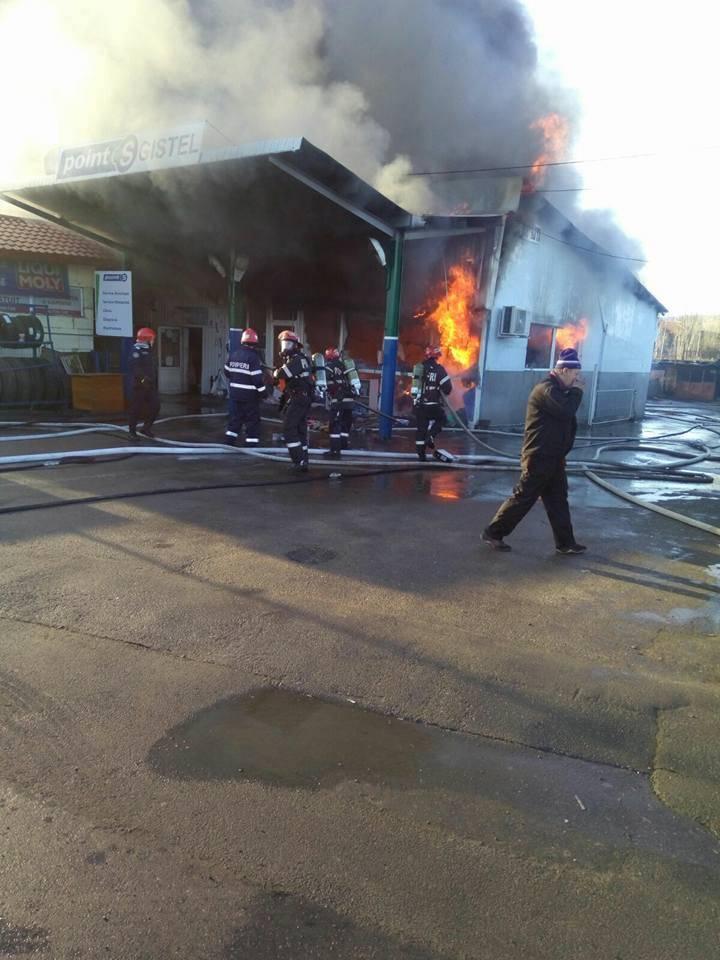 Incendiu violent la un service auto din Câmpina