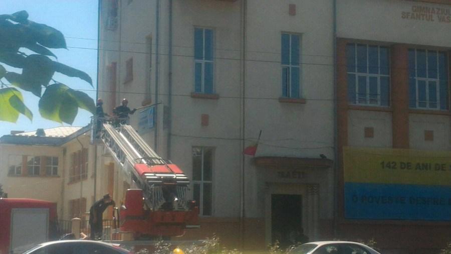"""Cad bucăţi de construcţie din şcoala ploieşteană """"Sfântul Vasile"""""""
