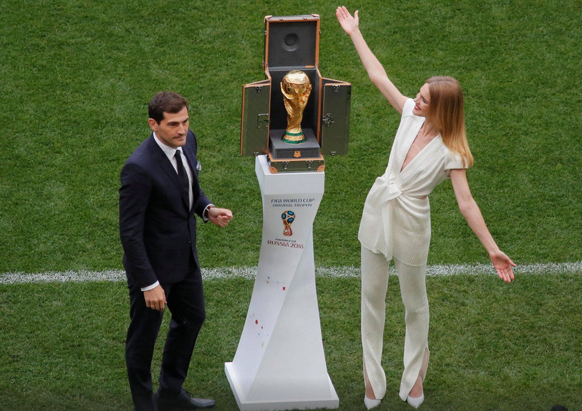 Lui Iker Casillas i s-a schimbat partenera de la Cupa Mondială. Robbie Williams, gest obscen de neînțeles!