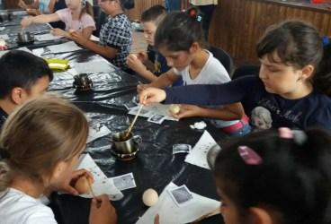 Copiii învaţă încondeierea ouălor la Centrul Cultural Bărcăneşti