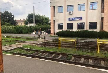 Munte de gunoi într-o gară europeană! Dedicaţie pentru Salub, Primăria şi CL Ploieşti, RASP etc.