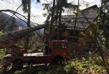 Pompierii au dat jos doi brazi căzuţi pe acoperişul unei case din Sinaia