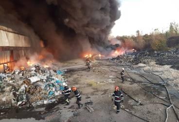 Incendiu uriaş la un depozit de deşeuri al Urban ICIM, de lângă Rafinăria Astra (Update)