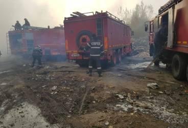 După 40 de ore, pompierii încă sting incendiul de la depozitul din Mimiu